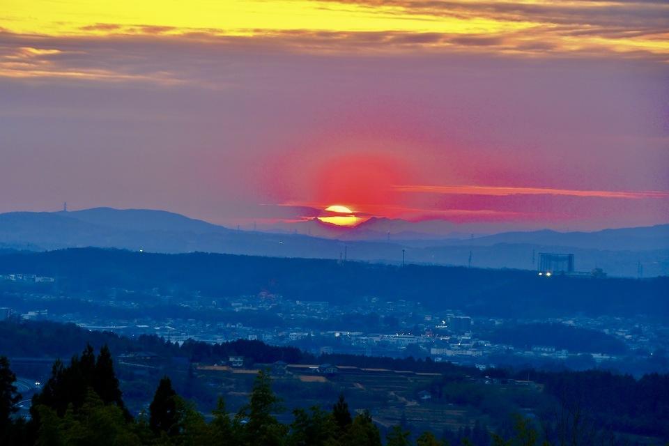 夕焼けの街中津川、真っ赤な日没。 border=