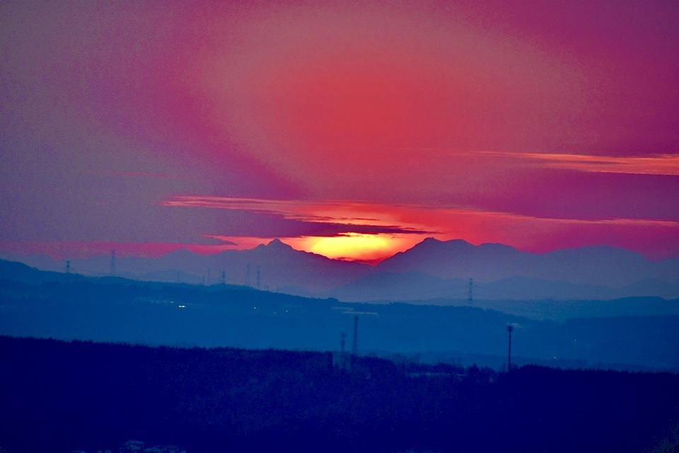 夕焼けの街中津川、真っ赤な日没。