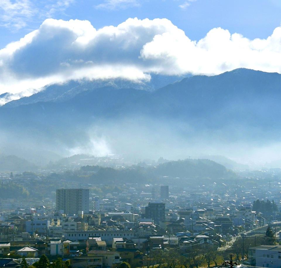 朝靄の立ち込める中津川の街