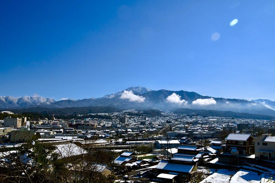中津川の街と恵那山