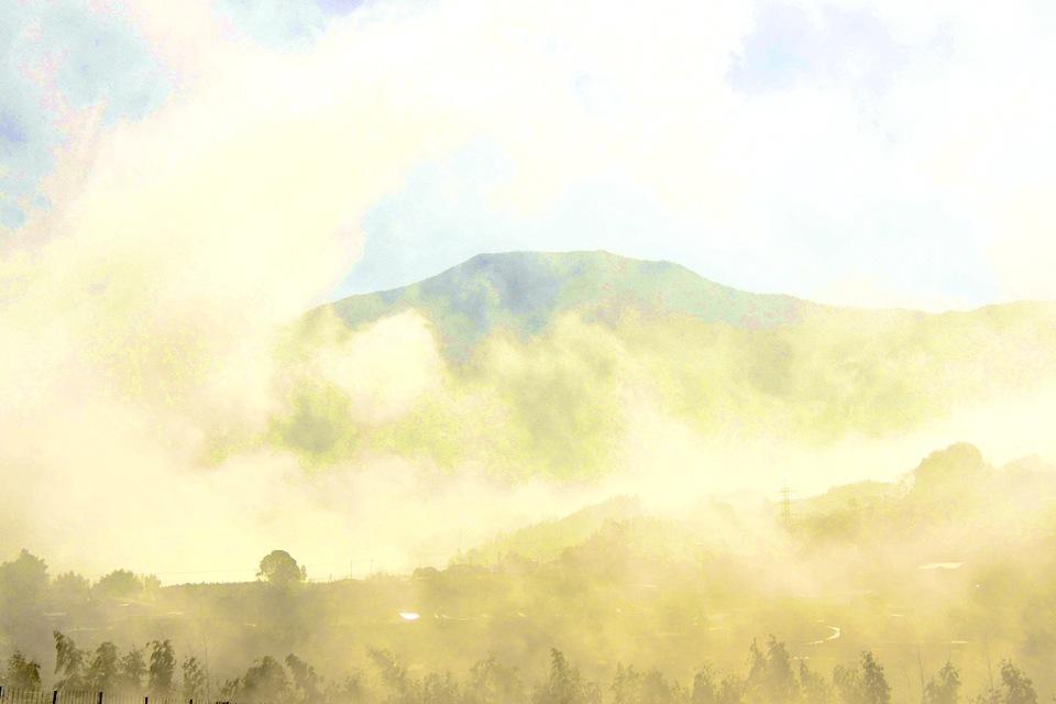 逆光の恵那山と朝霧、