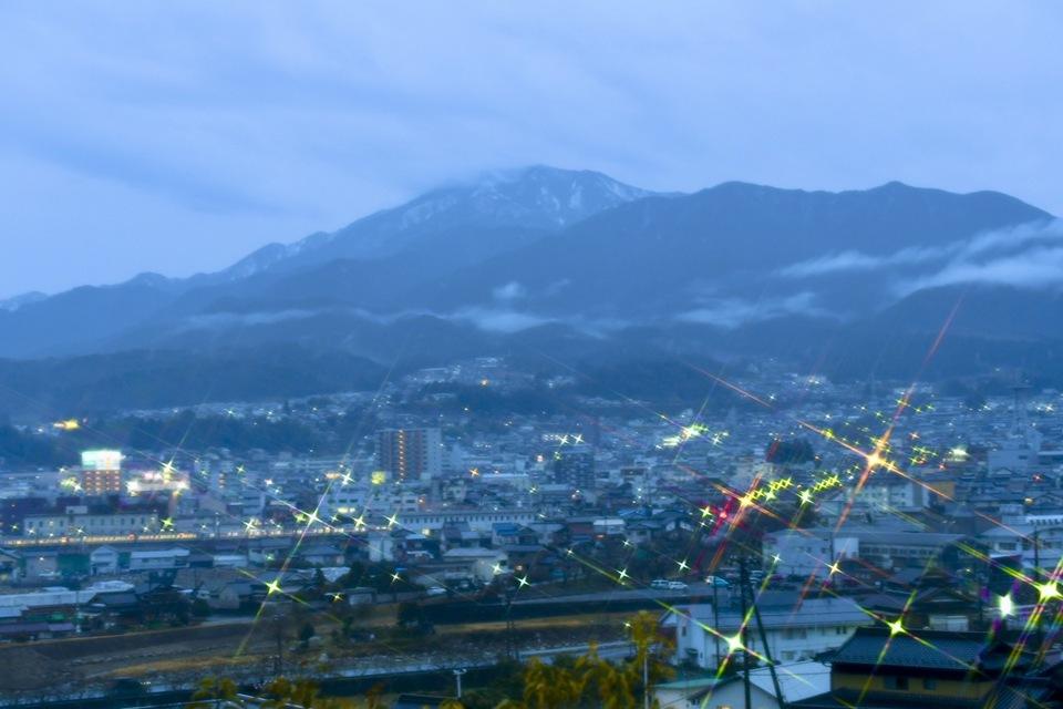 雨の夕暮れ、街に灯りが灯り始めた。