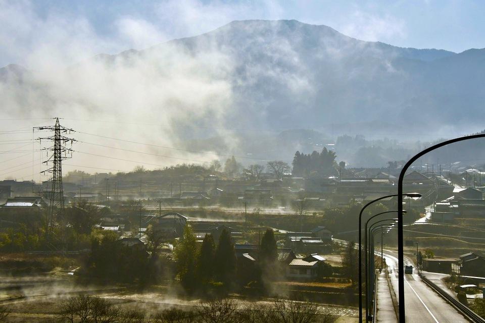 その日の朝日は雲と霧を溶かし田んぼを沸かした border=