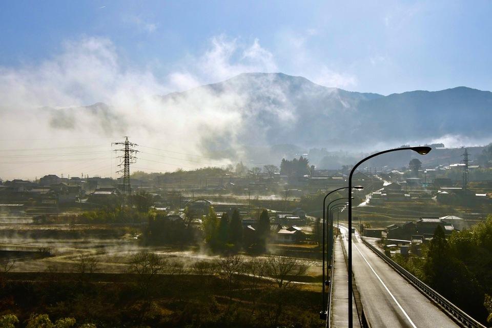 その日の朝日は雲と霧を溶かし田んぼを沸かした