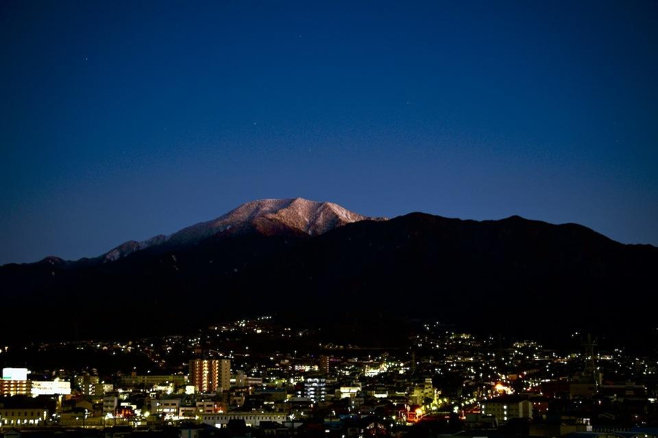 群青の夜空に浮かぶ百名山恵那山と中津川市街の夜景。