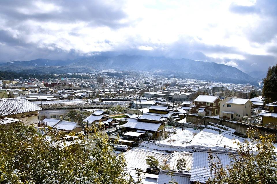 寒の内、中津川の町は夜明けの雪で真っ白け。 border=