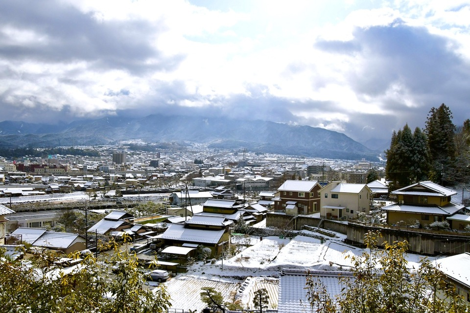 寒の内、中津川の町は夜明けの雪で真っ白け。