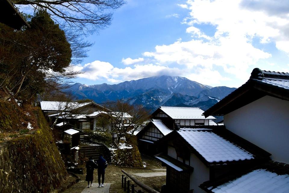 中山道馬籠宿からの雪の恵那山