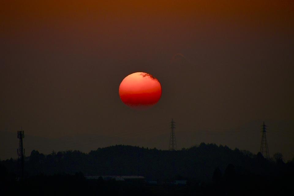 眩しくない、真っ赤な太陽。
