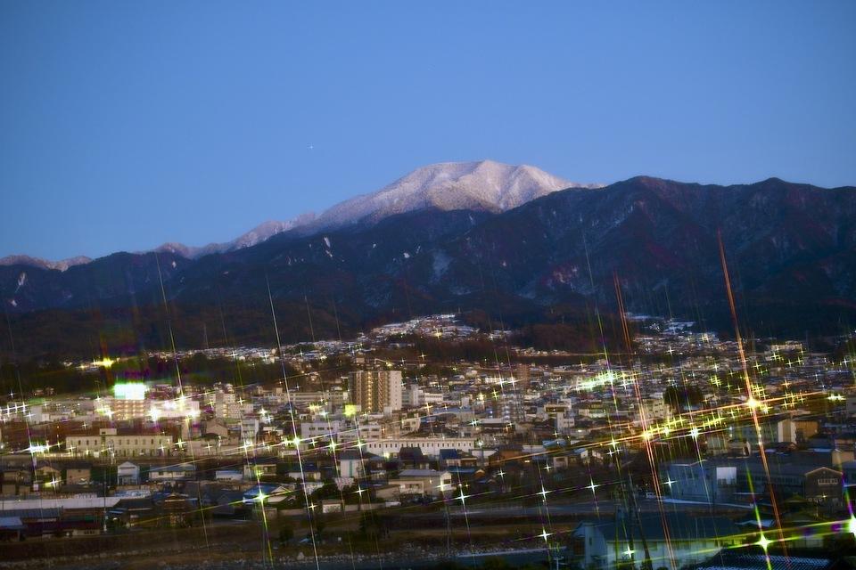 中津川の街明かりと薄暮の恵那山。