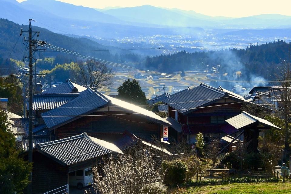 遠くに美濃国、中津川宿が見える。