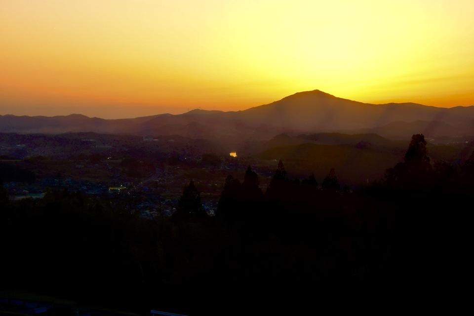 日没後の黄昏の風景、光る木曽川。