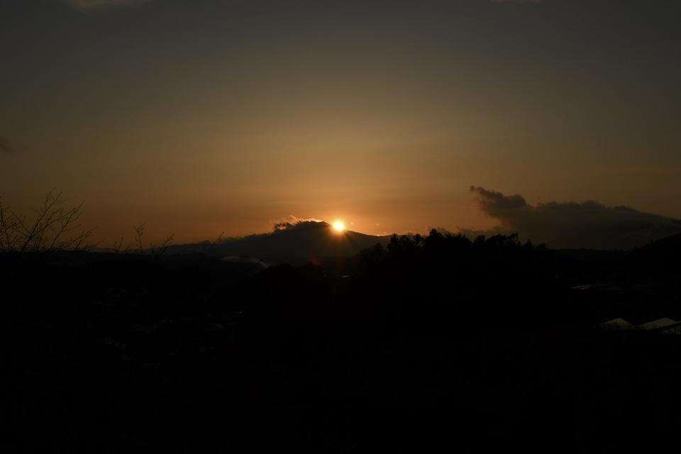 笠置山に陽が沈む、