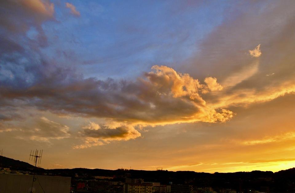赤乱雲、よく見ると羊雲かな?