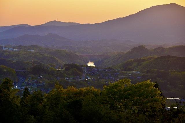 茜色の日没、笠置山と苗木城のシルエット浮かび始める頃に木曽川の川面が光り始める。