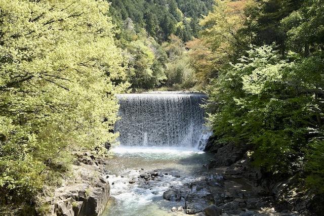 鮮やかな新緑、青葉若葉の中山道落合宿滝場下桁橋の風景。