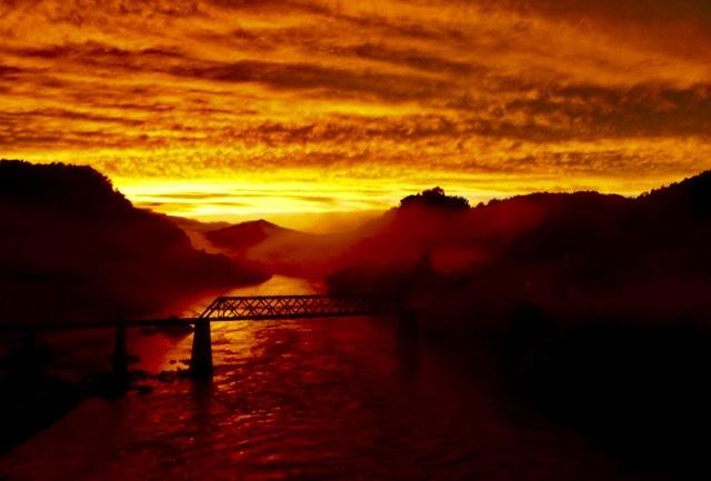 夕霧の紅に染まる木曽川、