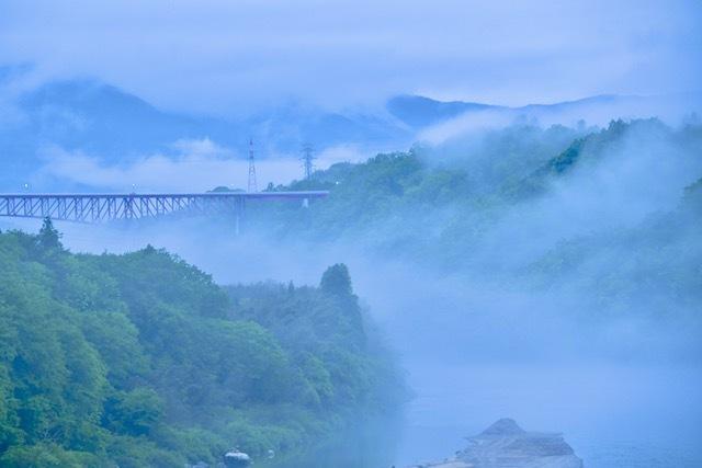 梅雨景色、木曽川奥恵那峡と北恵那鉄橋と苗木城。