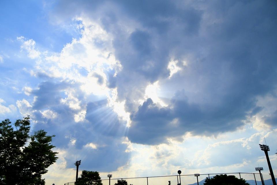 大空に幸せを呼ぶ「天使の梯子」