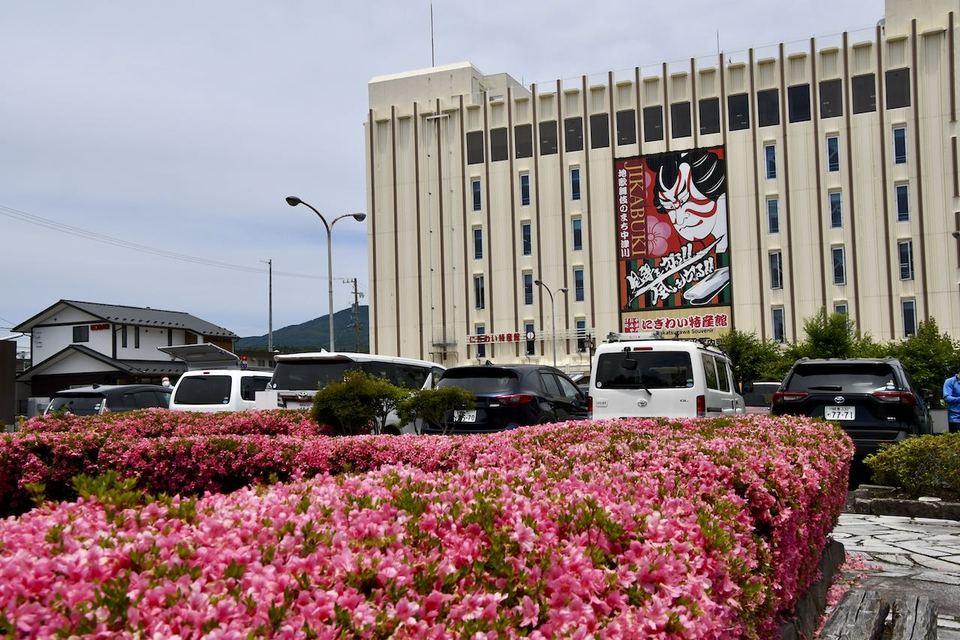 JR中津川駅前のサツキが満開、