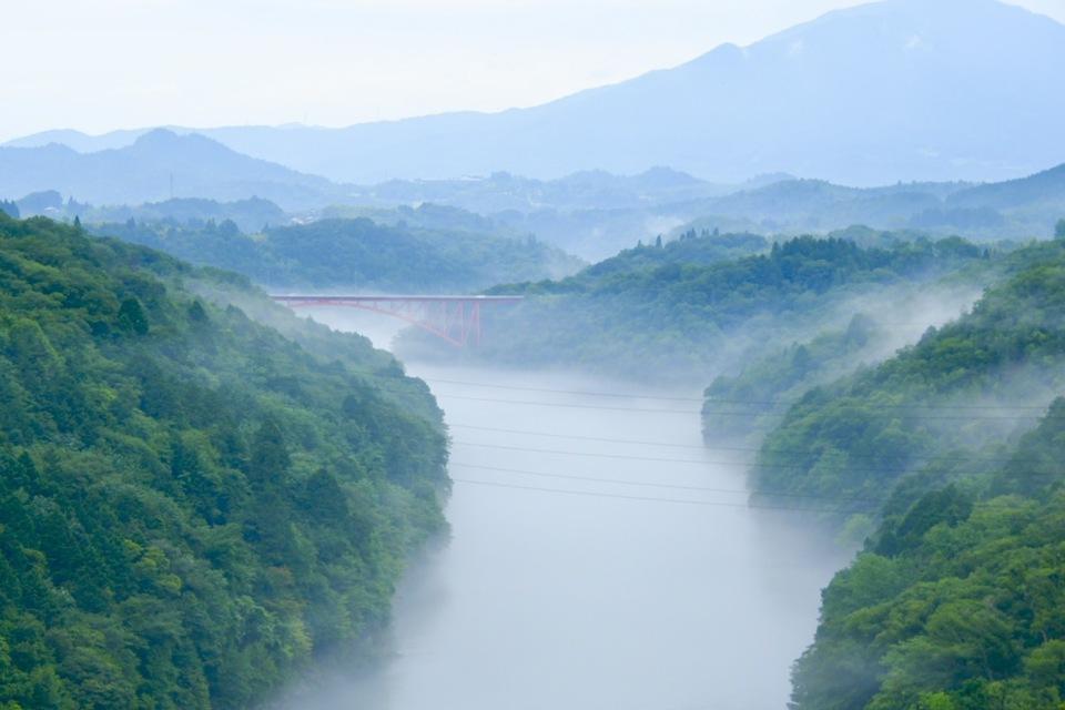 木曽川の川霧湧く風景