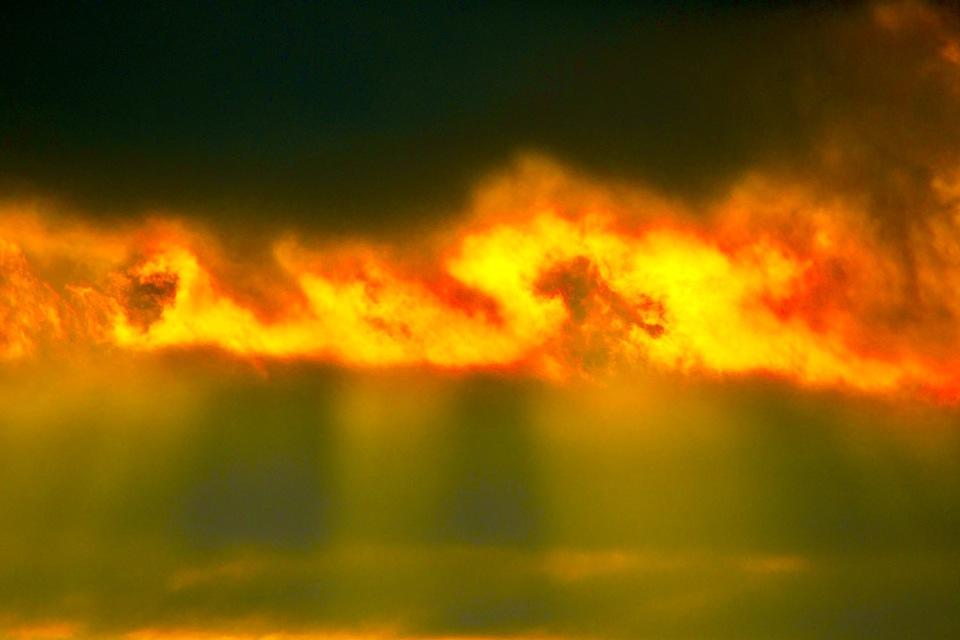 福岡二ッ森山に天使の階段、薄明光線、夕焼け風景。