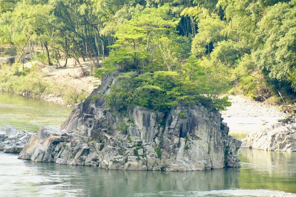 真夏の午後の乙姫岩の風景。