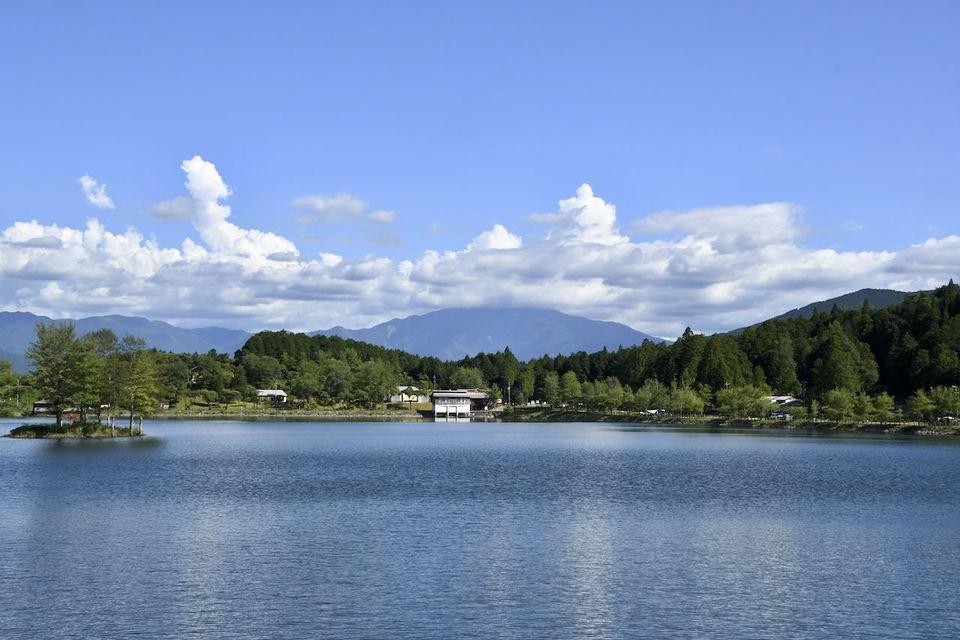 夏の椛の湖からの百名山恵那山