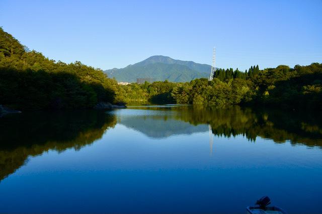 夕まずめのひょうたん池に逆さ恵那。 border=