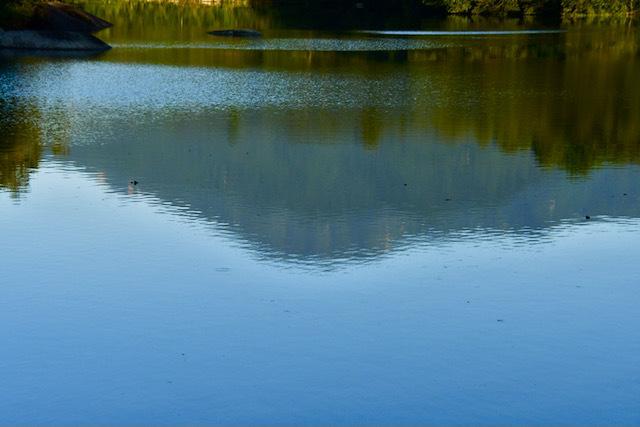 夕まずめのひょうたん池に逆さ恵那。