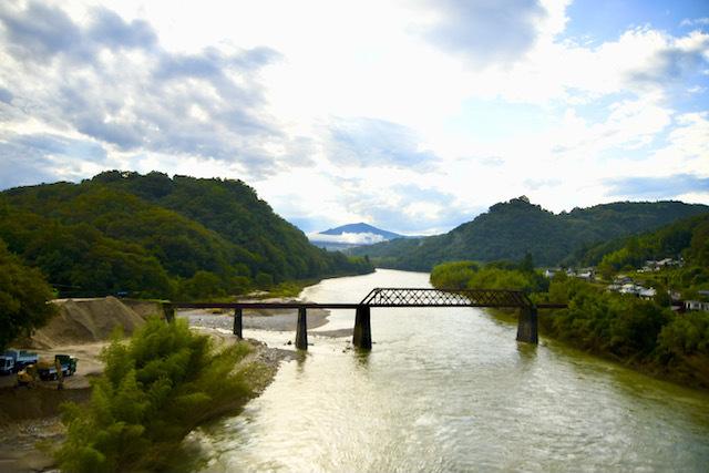 逆光が木曽川を照らす、玉蔵橋から奥恵那峡の景色。 border=