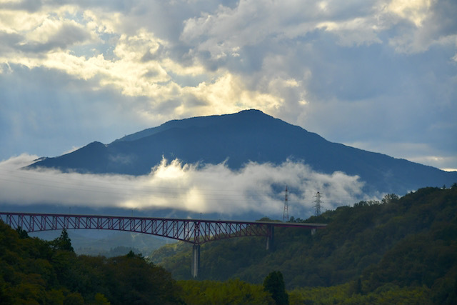 逆光が木曽川を照らす、玉蔵橋から奥恵那峡の景色。