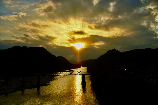 木曽川の夕焼け、玉蔵大橋から北恵那鉄橋と城山大橋。 border=