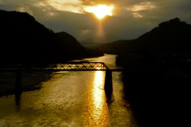 木曽川の夕焼け、玉蔵大橋から北恵那鉄橋と城山大橋。