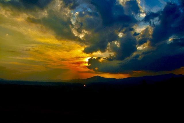 笠置山上空で太陽が荒ぶる雲に呑み込まれし時、赤い激しい光芒が放たれた。 border=