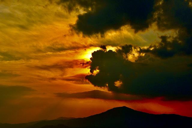 笠置山上空で太陽が荒ぶる雲に呑み込まれし時、赤い激しい光芒が放たれた。