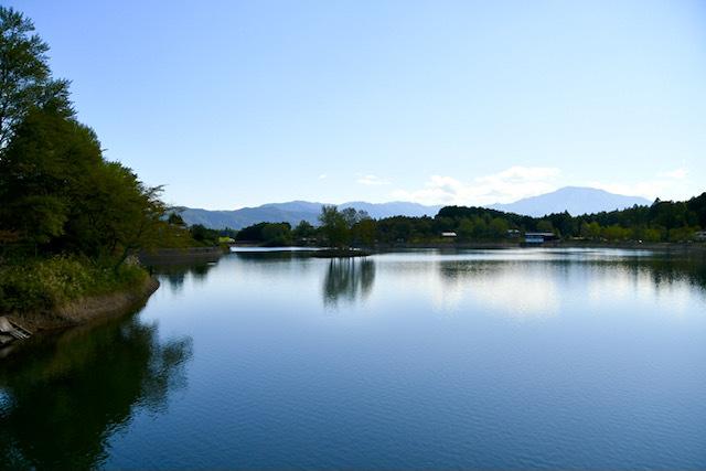 幻想的な蒼い風景、椛の湖と恵那山。