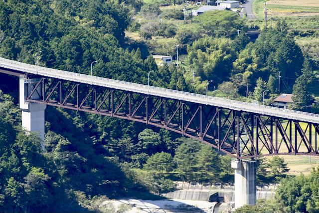 馬籠から坂下に抜ける椿街道の椿大橋から見る木曽川乙姫大橋の眺望。