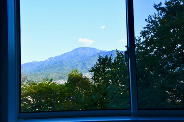 夜がらす山荘 長多喜 萩の間内風呂から百名山 恵那山の眺望