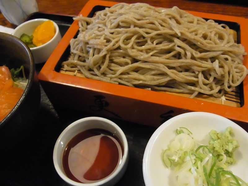 美味しいお昼ごはん  盛りそば+神坂紅鱒の漬け丼セット border=