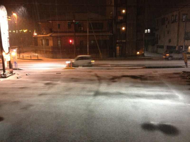 日が暮れたら雪は積もり始めた。 border=