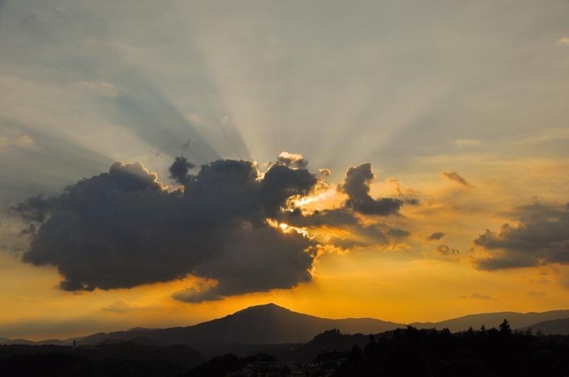 何に見えますか? 笠置山の上にドッカリ。