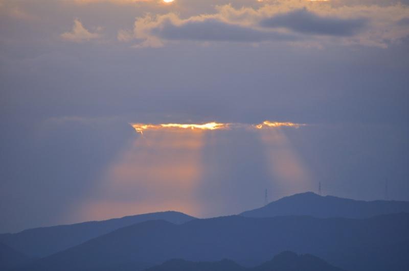雲の切れ間からの斜光。