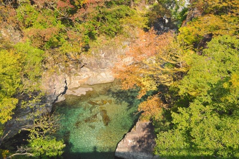 付知峡攻め橋、紅葉と碧の源流。