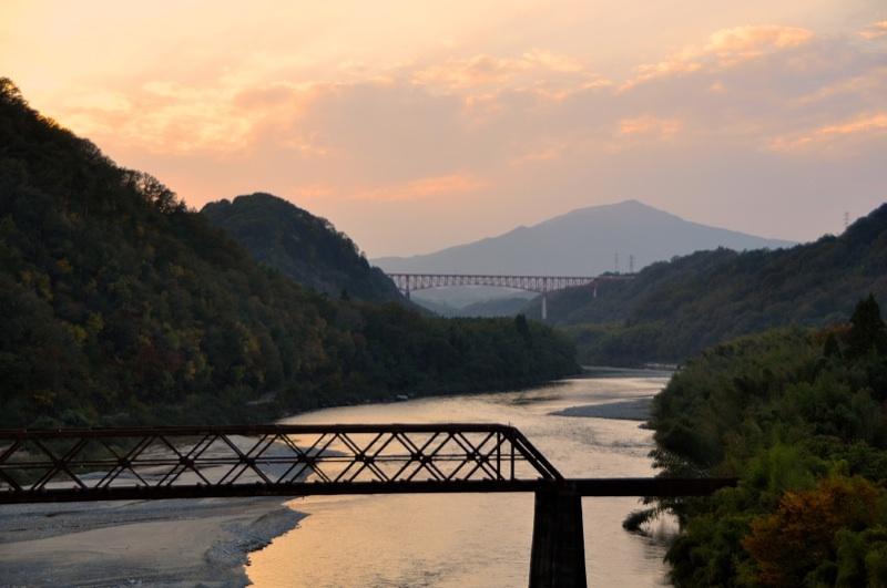 夕暮れの城山大橋(蘇水峡)