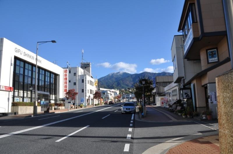 今日の恵那山-3  中津川駅前通りから border=