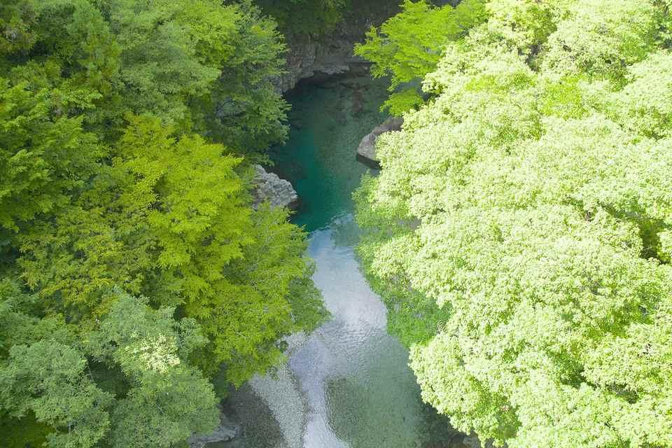 不思議色に輝く水面、付知峡攻め橋。 border=