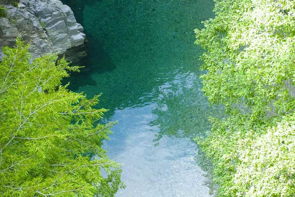 不思議色に輝く水面、付知峡攻め橋。