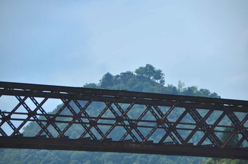 福沢桃介の遺産 今も木曽川に架かる北恵那鉄橋と苗木の城山