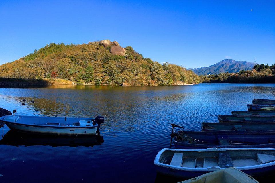 蒼いひょうたん池からの恵那山